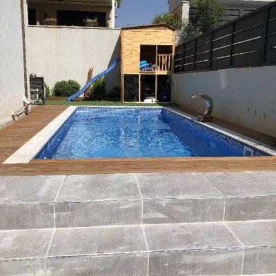 בריכת שחייה בחצר